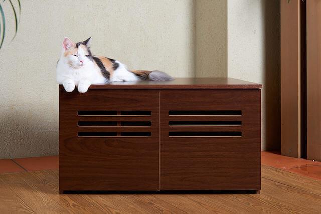 猫トイレカバー「Caterior(キャッテリア)の上で寝そべる猫