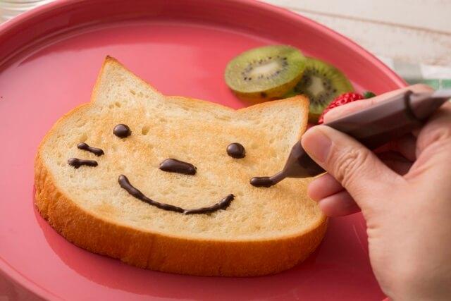 チョコペンで猫を描いても楽しい、ねこの形をした食パン「いろねこ食パン」