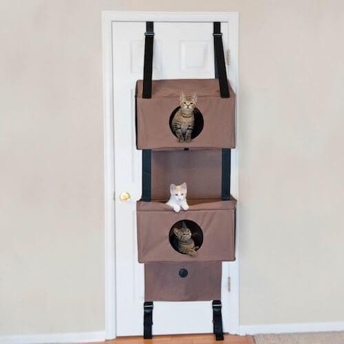 部屋が2つある、ドア設置型猫ハウス「Hangin Feline Funhouse」