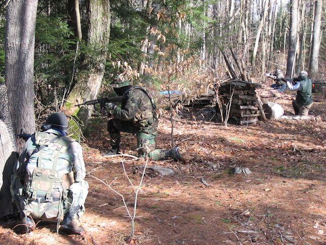 森のなかで行うサバイバルゲームのイメージ写真