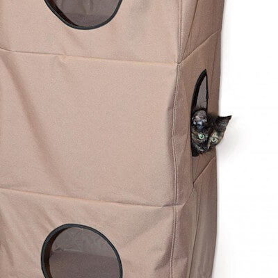 猫ハウス「Hangin Cat Condo」の中からこっそり覗く猫