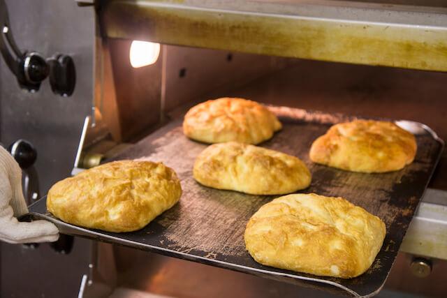 ベーカリー&カフェ・ブルージンの焼き立てパン