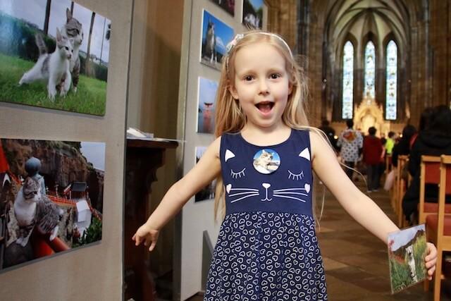 スコットランド・エディンバラで行われたニャン吉の写真展に訪れた女の子