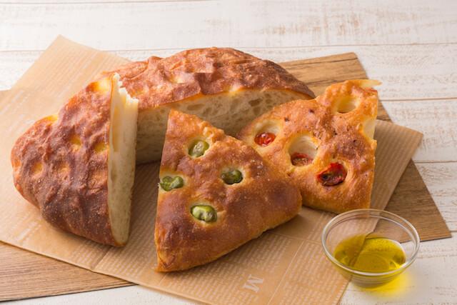 店内でパンを食べられる、ベーカリー&カフェ・ブルージン