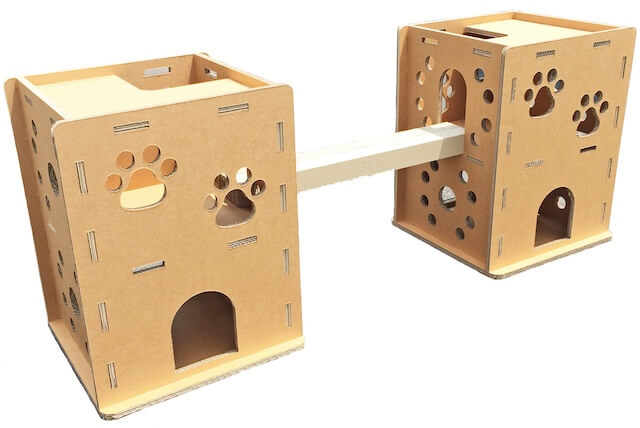 爪とぎのブリッジで接続した2つの猫ハウス