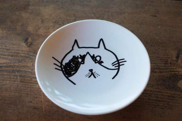 猫が描かれた小皿のイメージ写真