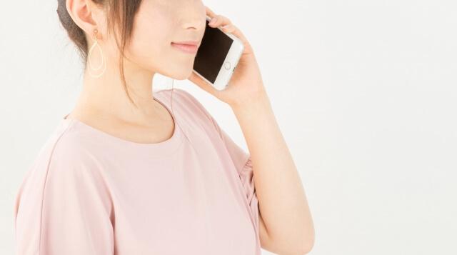 携帯で通話する女性のイメージ写真