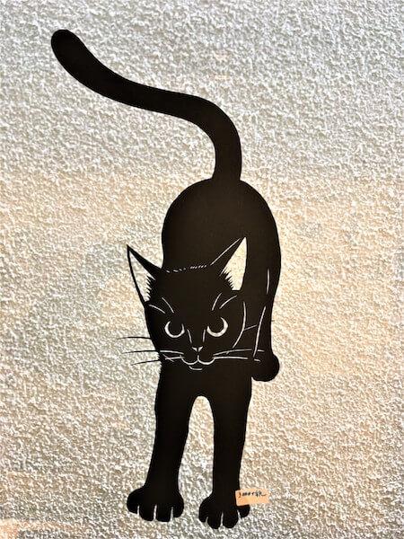 きりえや高木亮の作品、両手を伸ばす猫の切り絵