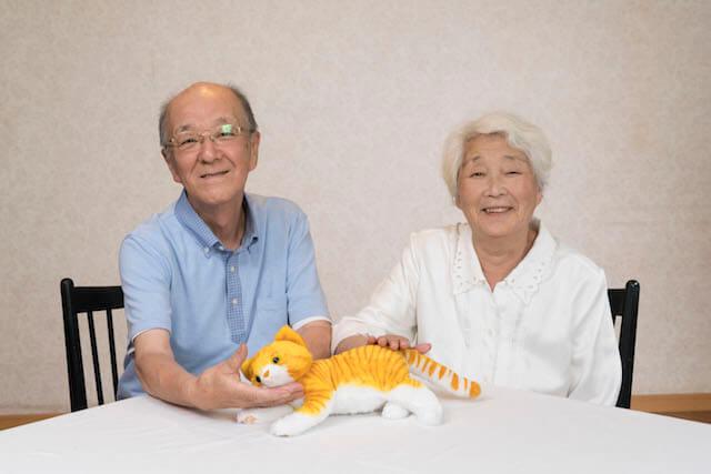 猫のぬいぐるみ「なでなでねこちゃん」に癒やされる老夫婦
