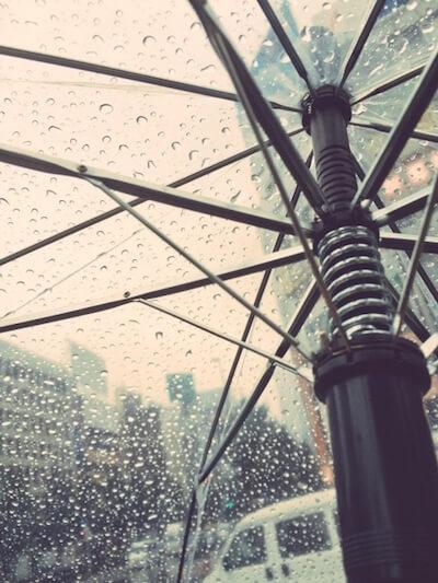 雨とビニール傘のイメージ写真