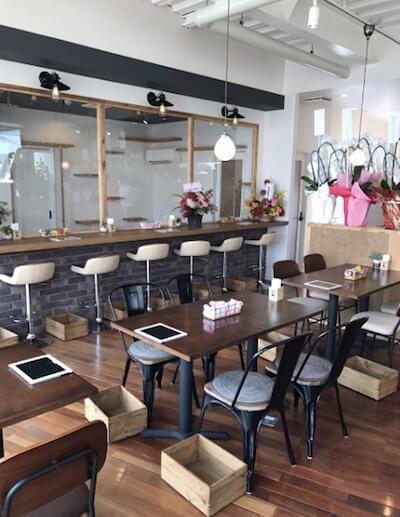 石焼 Cafe and Cat 蔵之助のしっぽのテーブル関