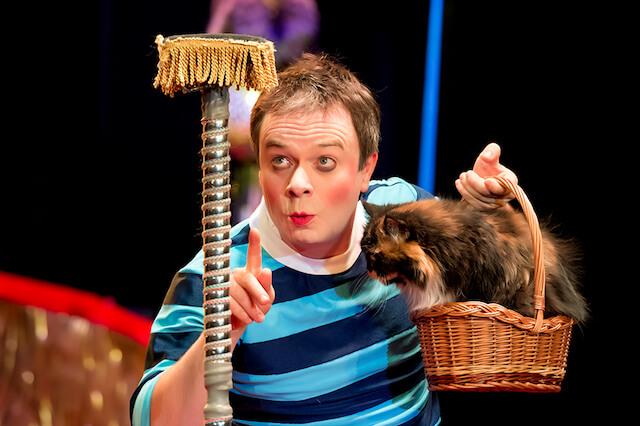 猫劇場のリーダー、ドミトリー・ククラチョフと猫
