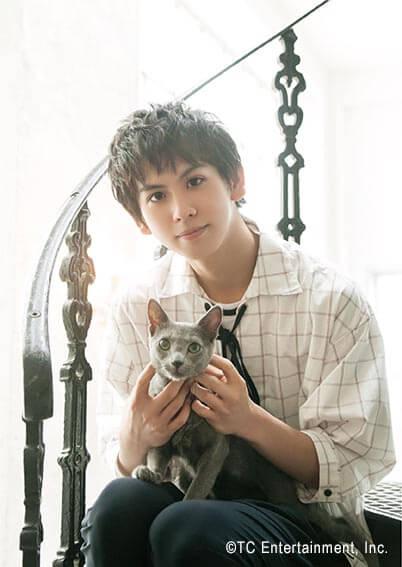 俳優「秋元龍太朗」×猫「ロシアンブルー」の写真