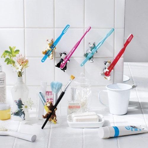 洗面所のタイル一面に吸着した猫の歯ブラシホルダー