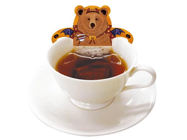 ティーカップに浮かぶハロウィン仮装したクマのティーバッグ