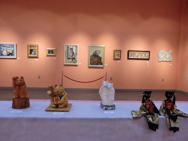 展示されている猫のアート作品 by 猫たちの遊々展2017