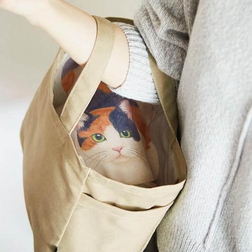 中から猫がこっちを見ているデザインのトートバッグ