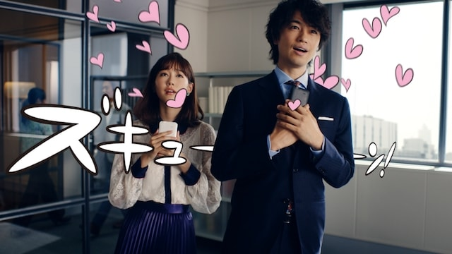 ワイモバイルのテレビCM「ズキュン!」シリーズで、ズキュンとする桐谷美玲と斎藤工
