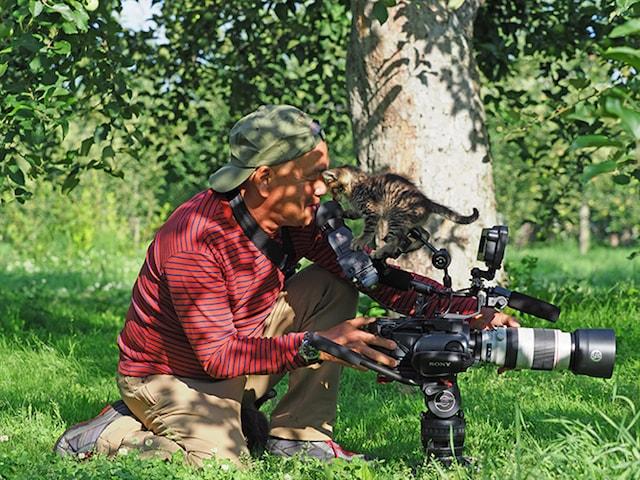 撮影中の岩合さんのカメラにのぼる猫 by 「劇場版 岩合光昭の世界ネコ歩き コトラ家族と世界のいいコたち」