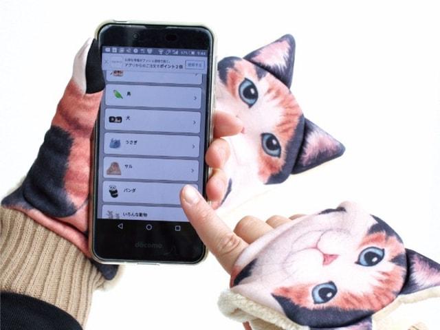 猫がスマホ操作を邪魔してくる、面白デザインの「ジャマ猫手袋」