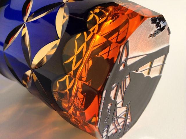 猫切子のグラス「夕焼け猫+七宝紋/切子」の側面
