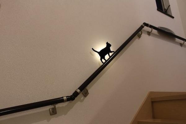 階段の手すりに合わせ取り付けたキャットウォールライト
