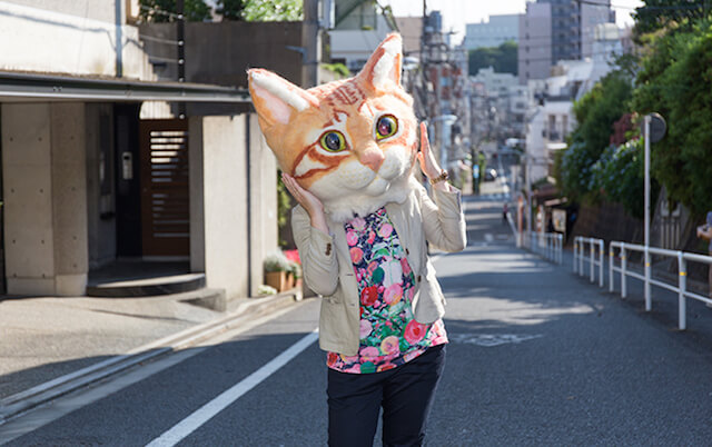 リアル猫ヘッドを被った女性