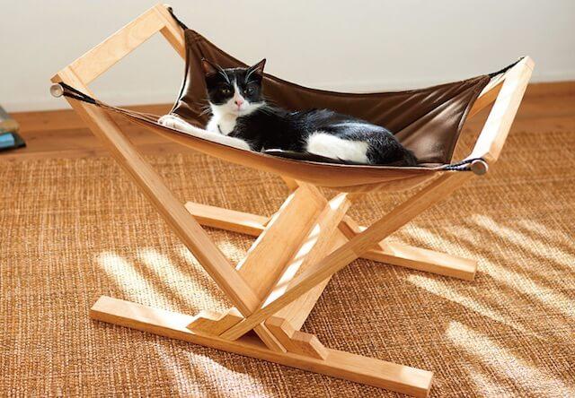 木の温もりが感じられる猫ハンモック