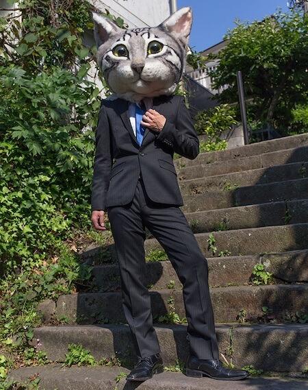 スーツ姿のリアル猫ヘッド