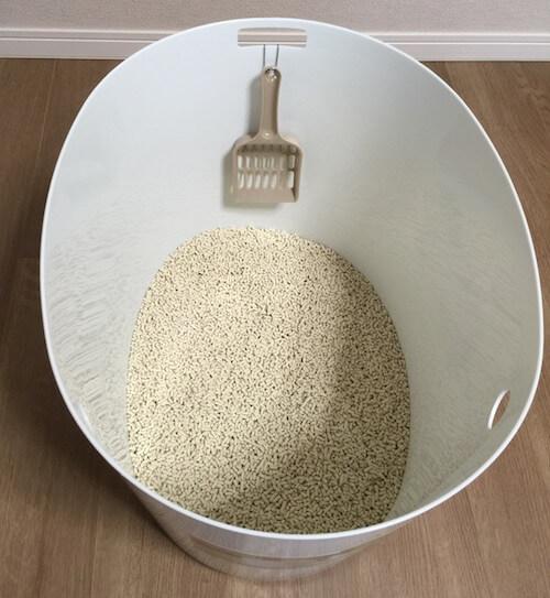 「上から猫トイレ」に7Lの猫砂を入れた様子