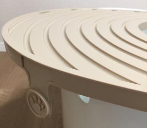 トイレのフタには、肉球に挟まった猫砂をキャッチする溝がある