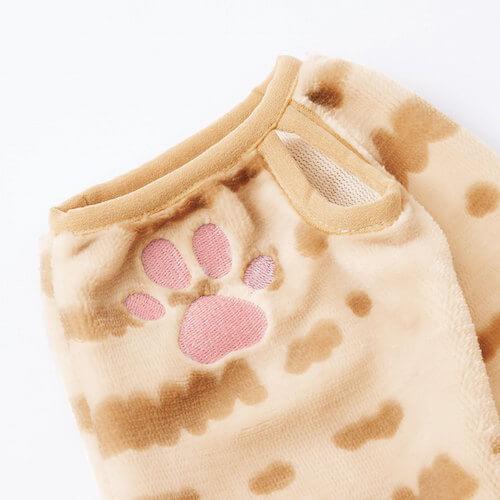 猫耳付きルームパーカーの袖口には肉球の刺繍とサムホールが