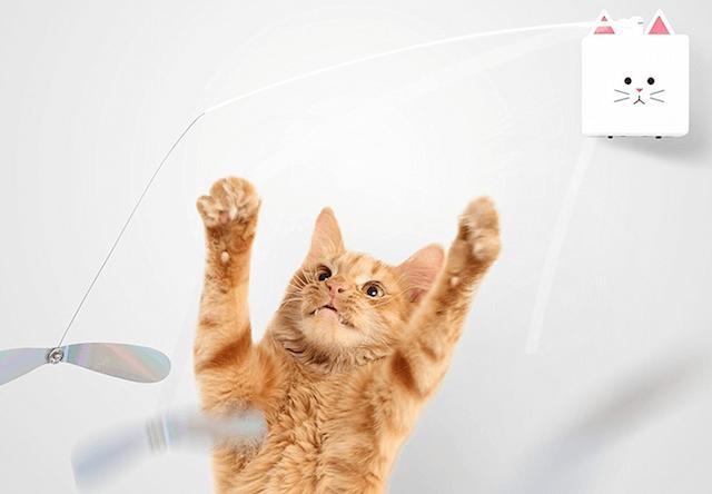 猫パンチに反応して動くスマート猫じゃらし「CatchCats」