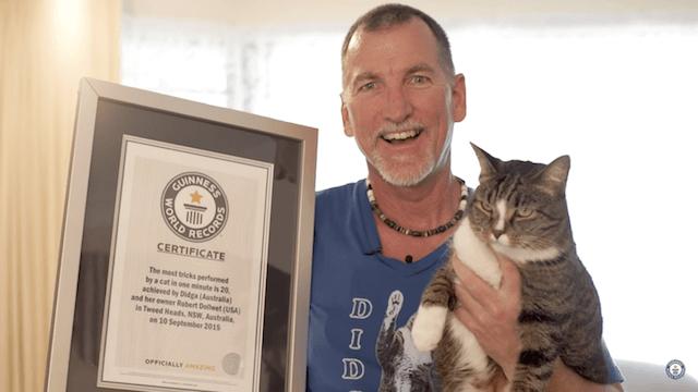 ギネス認定された猫ディジャと、飼い主のロバートさん