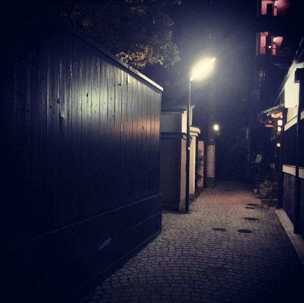 神楽坂の街並み 夜の石畳