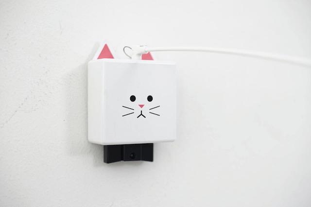 壁に設置した猫じゃらし「CatchCats(キャッチキャッツ)」