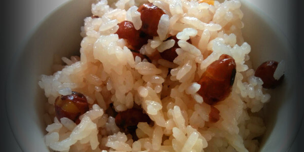 儀式後は豆ごはんとして食べられます。