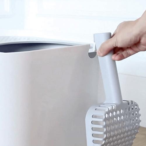 猫トイレの側面には付属のスコップを収納できる