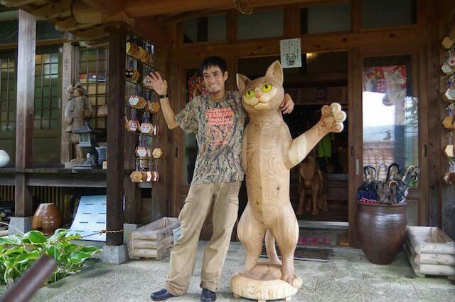 チェーンソーアーティストの林隆雄さんと、自身が作った猫