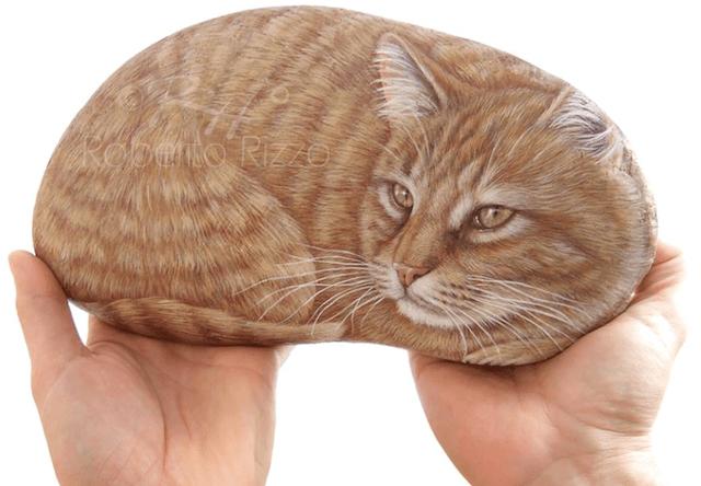 まるで本物みたい!石にネコの絵を描いたアート作品「石猫」