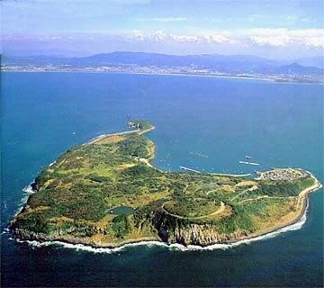 猫の島として有名な福岡県「相島」の航空写真