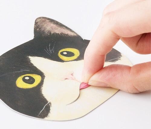 猫の舌の部分があぶらとり紙になっています