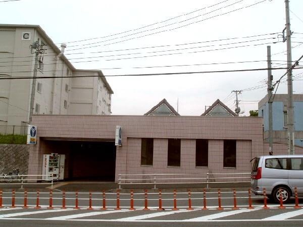 猫の伝説が伝わる踊場駅(おどりばえき)の外観
