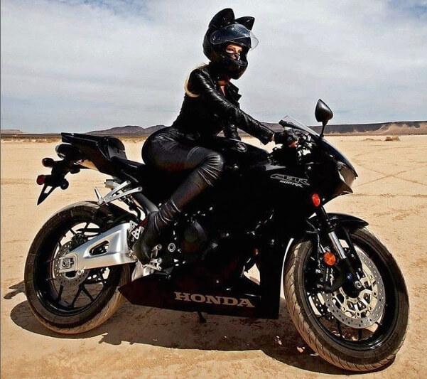 ロシア製の「Neko-helmet(ネコ・ヘルメット)」を装着してバイクに乗る女性