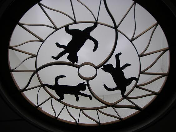 踊場駅の天井には踊る猫が