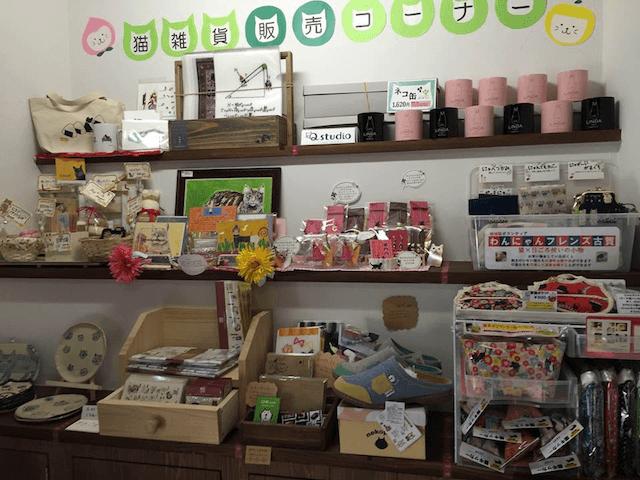 猫カフェ「Cafe Gatto」にある猫雑貨の販売コーナー