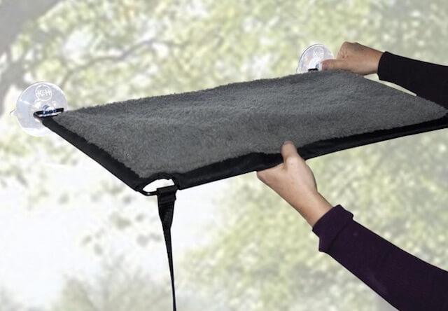 吸盤で接着する猫ベッド「EZ ウィンドウ マウント」の設置方法1