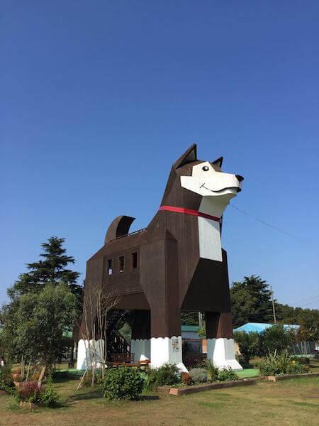 つくばわんわんランドにある犬の展望台「モッくん」