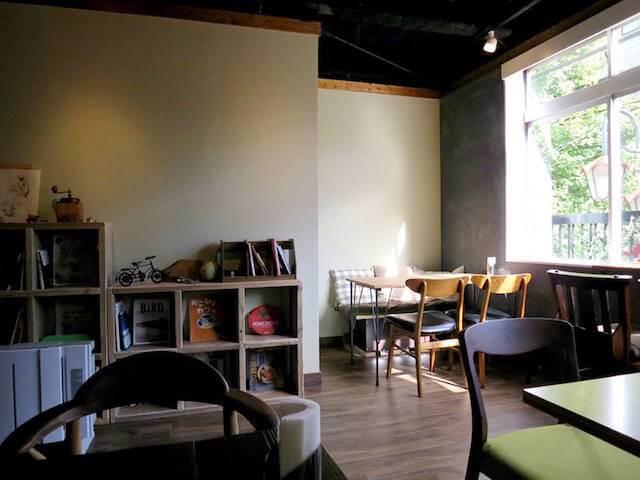 三鷹にあるカフェ シュヌルバルツの内観