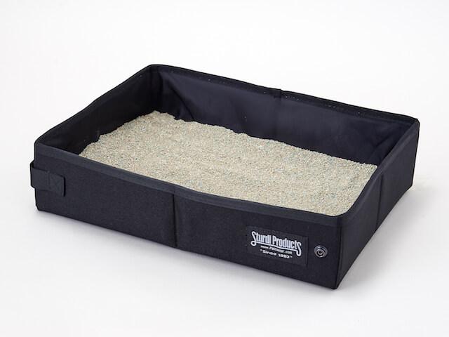携帯用猫トイレ「サンドボックス」猫砂を入れた状態(ブラックカラー)
